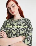 Love Moschino - Grøn t-shirt med gennemgående hjerteprint